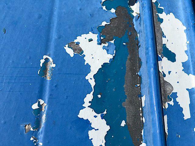 板金屋根の塗料をケレンで撤去