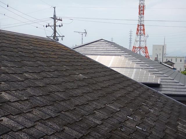 劣化したスレート屋根の様子