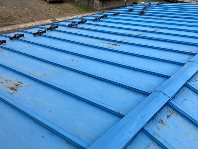 青い瓦棒屋根です