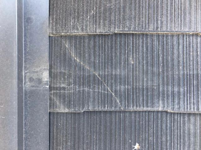 スレート屋根にヒビ