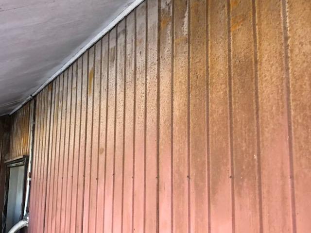 トタンの壁の色あせ