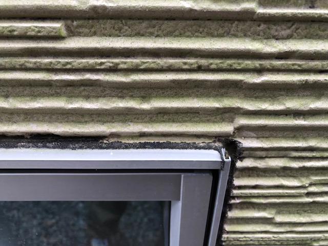 窓枠周りがボロボロ