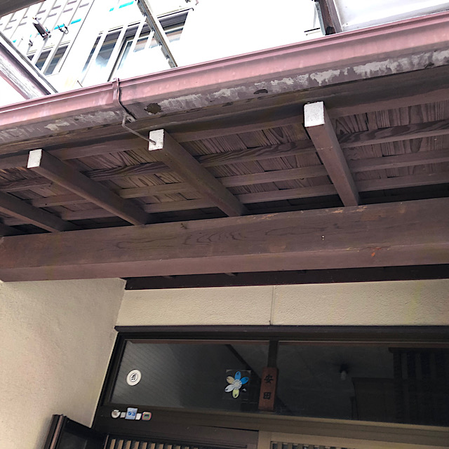 玄関の軒下の外壁塗装工事前