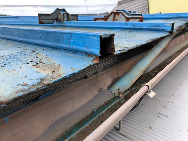 ボロボロの瓦棒屋根です
