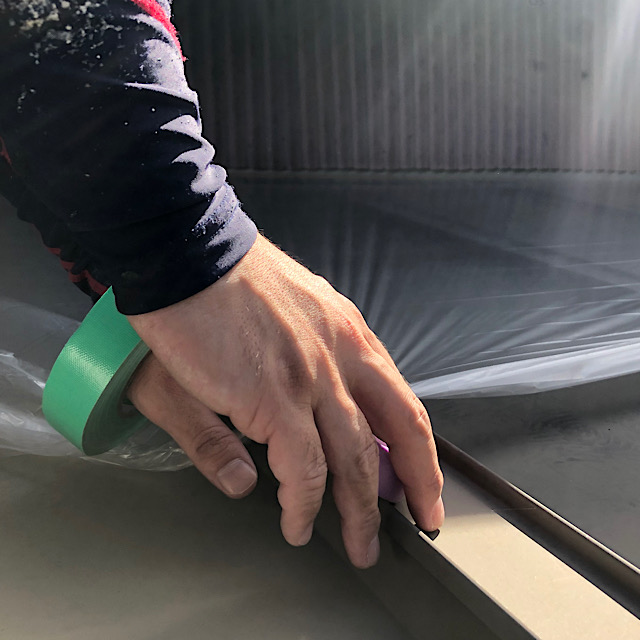 外壁塗装の前に屋根を養生している様子