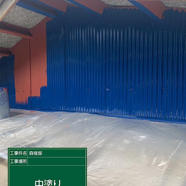 板金の外壁塗装工事の中塗りの様子
