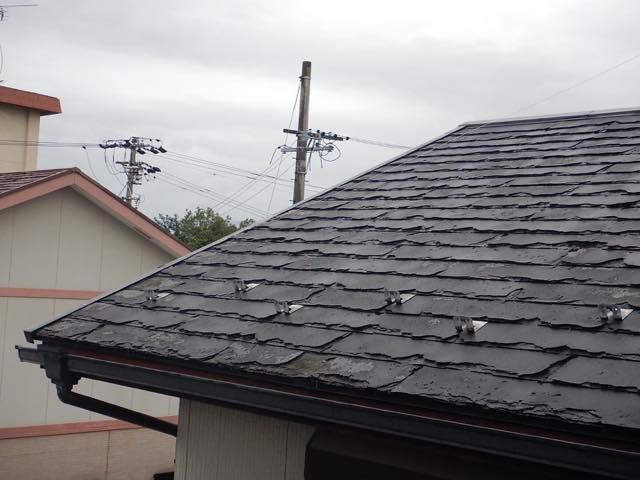 黒いスレート屋根です