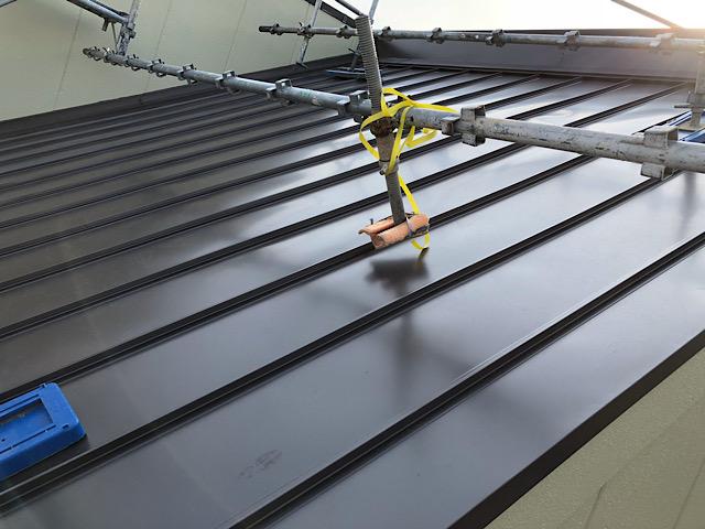屋根板金カバー工法と屋根足場の写真