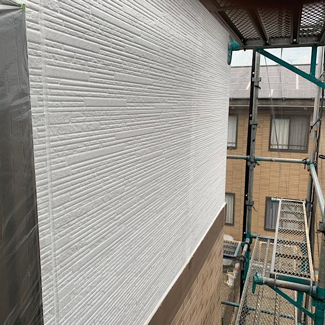 外壁をアレスダイナミックフィラーで下塗り塗装
