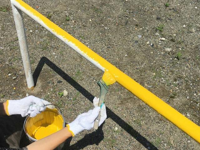 ブランコ柵塗装中