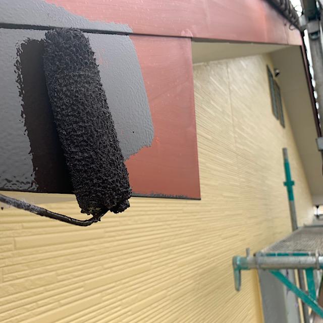 破風の部分をローラーを使い塗装