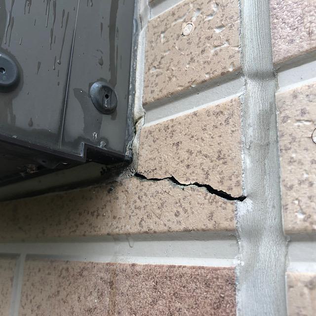 窓周りの外壁にクラック