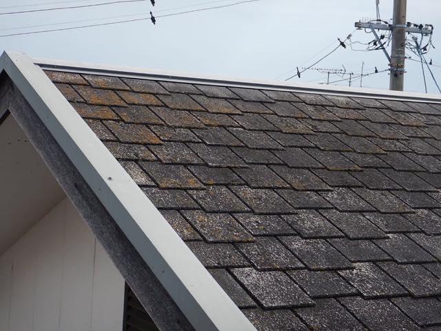 劣化したスレート屋根です