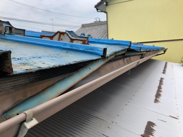 曲がっている瓦棒屋根