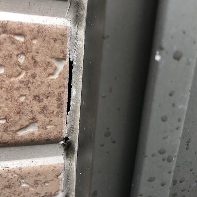 窓周りのシーリングが劣化しひび割れている