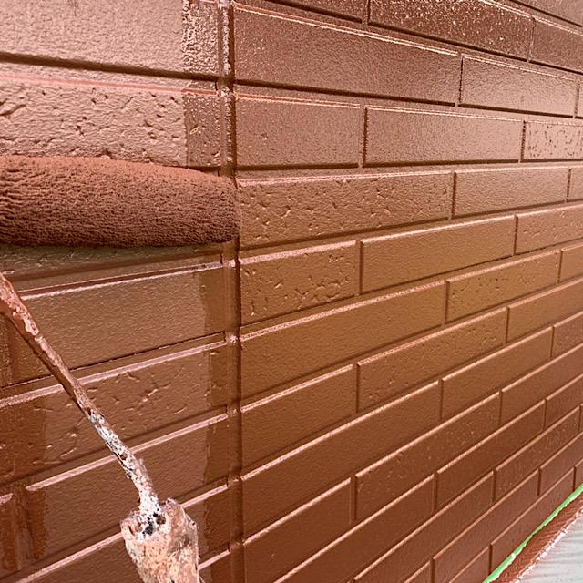 外壁塗装工事をローラーを使って作業