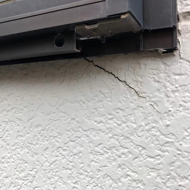 サッシと外壁のひび割れ