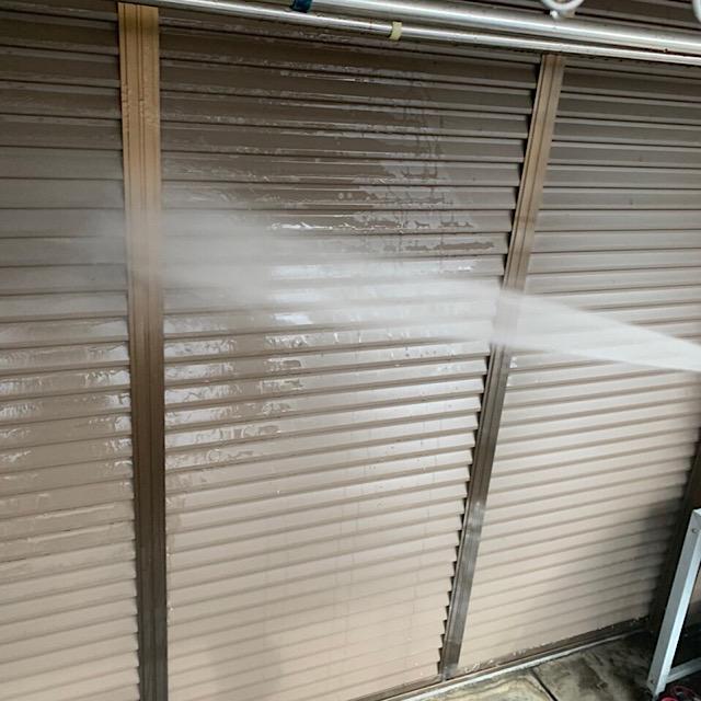 雨戸の高水圧洗浄