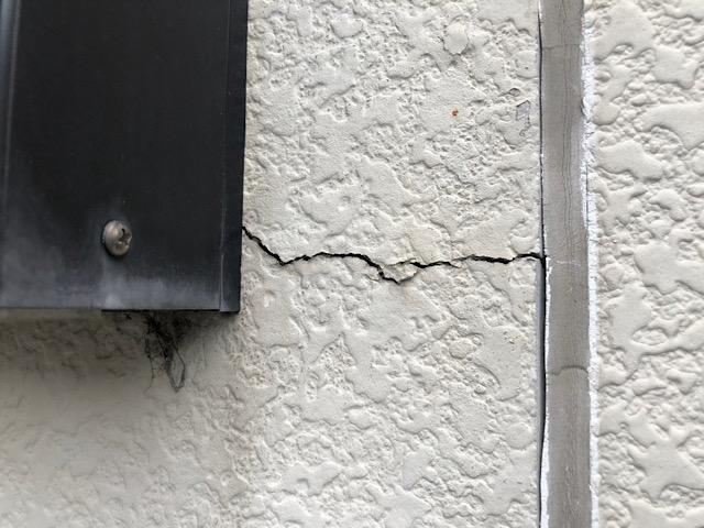 窓枠から大きなひび割れ