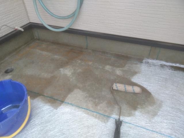 ベランダ防水のプライマーを塗る