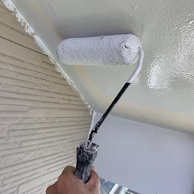 軒をローラーで塗装