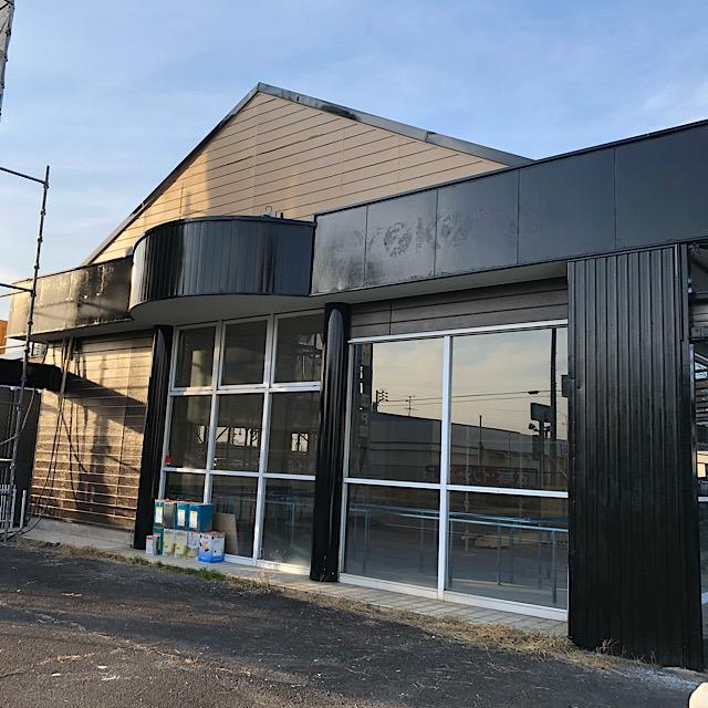 店舗外壁塗装工事の軒下柱塗装工事
