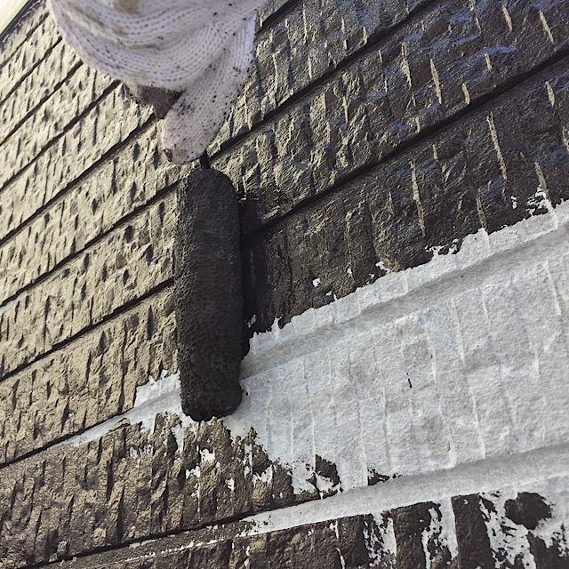 外壁塗装工事中塗りの写真