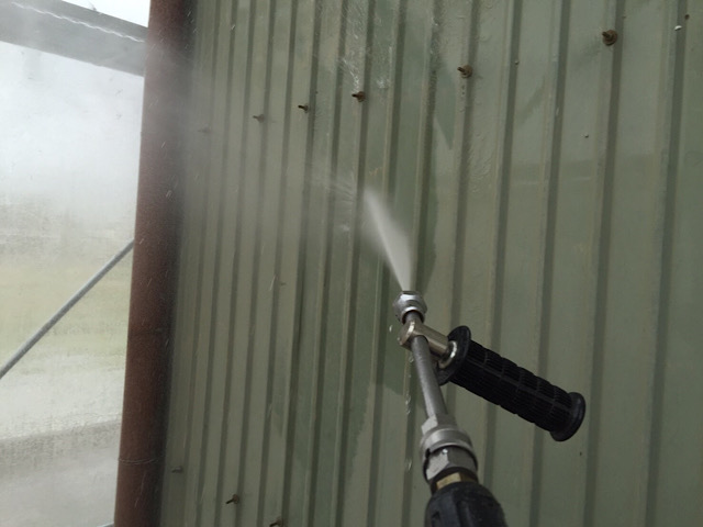 車庫の塗装工事の高水圧洗浄