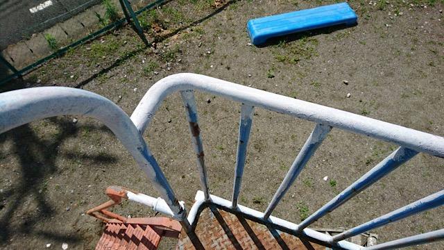 滑り台柵塗装中