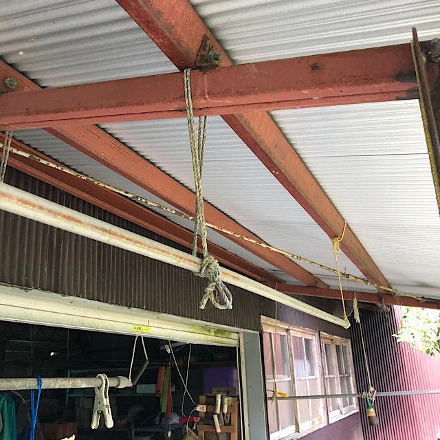 車庫の軒下の鉄骨を塗装