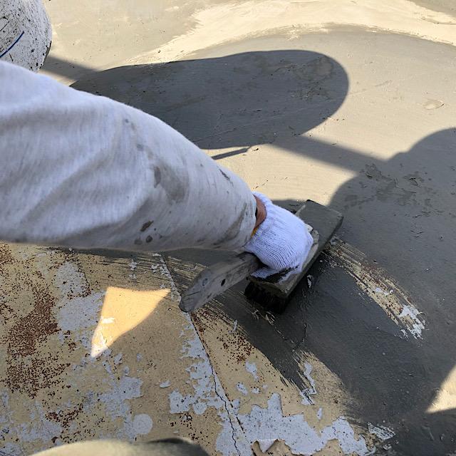 ベランダ防水工事下地処理施工の様子