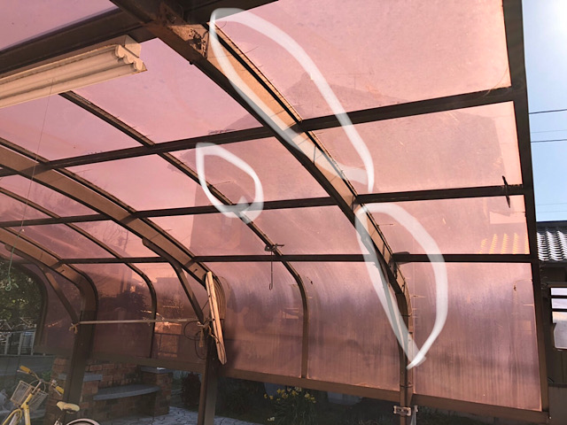 風災でひび割れしたアクリル板