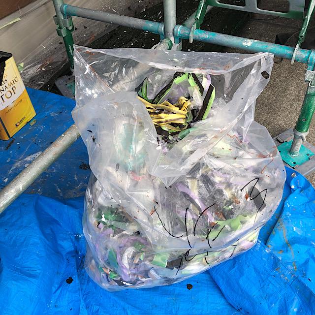 塗装工事養生のゴミ