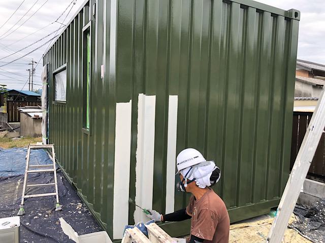 緑色の塗装を施工する様子