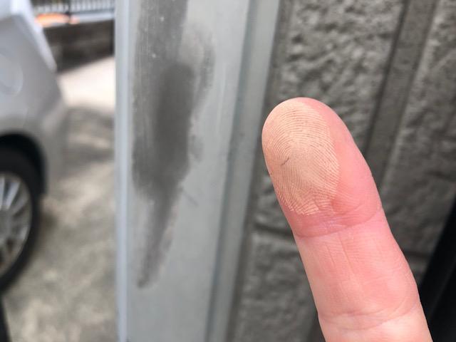 チョーキング現象で手に粉がつく