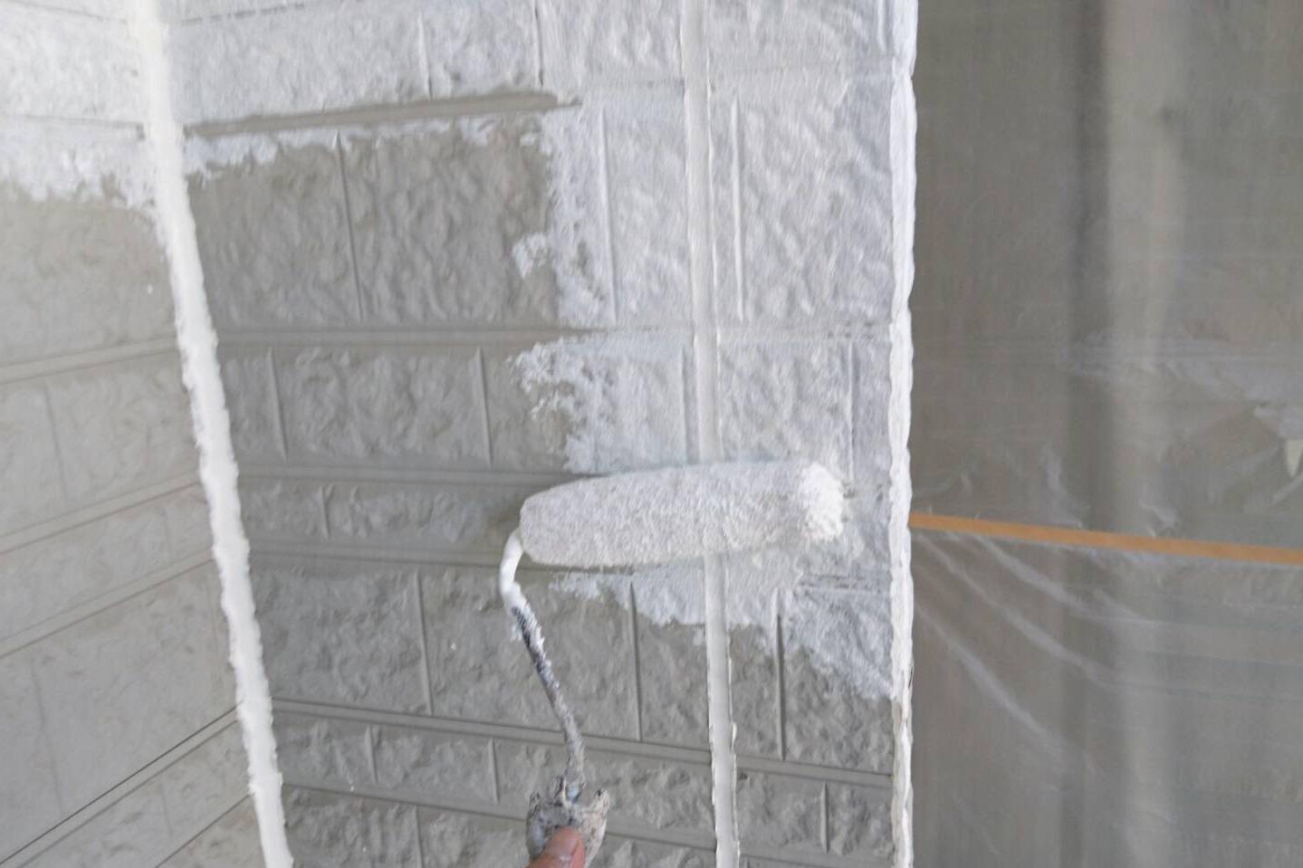 ローラーを使って塗装