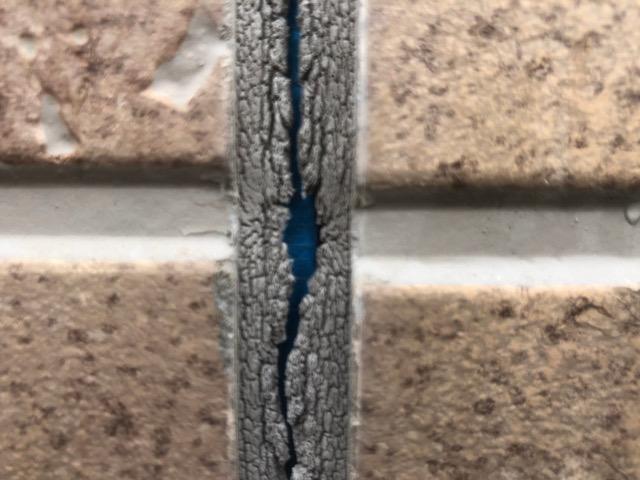 穴が開き中が見えているシーリング材
