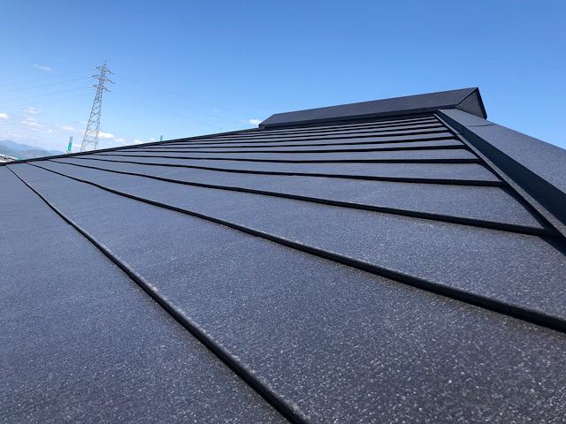 カラーベストの屋根にカバー工法完成写真