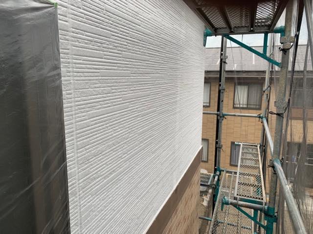 下塗り塗装した外壁