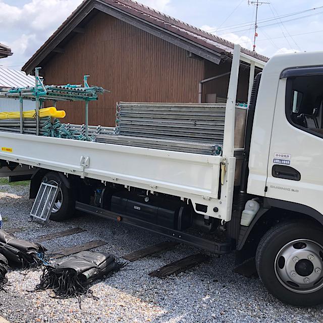足場を運ぶトラック