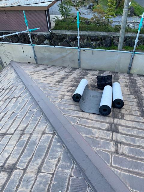 屋根カバー工法の前にアスファルトルーフィングを引く