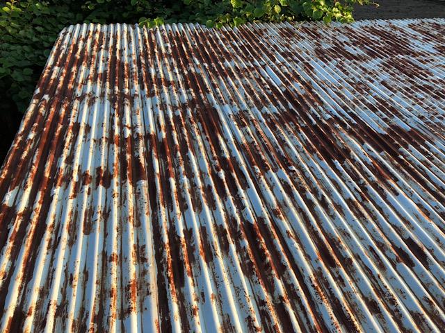 トタン屋根です