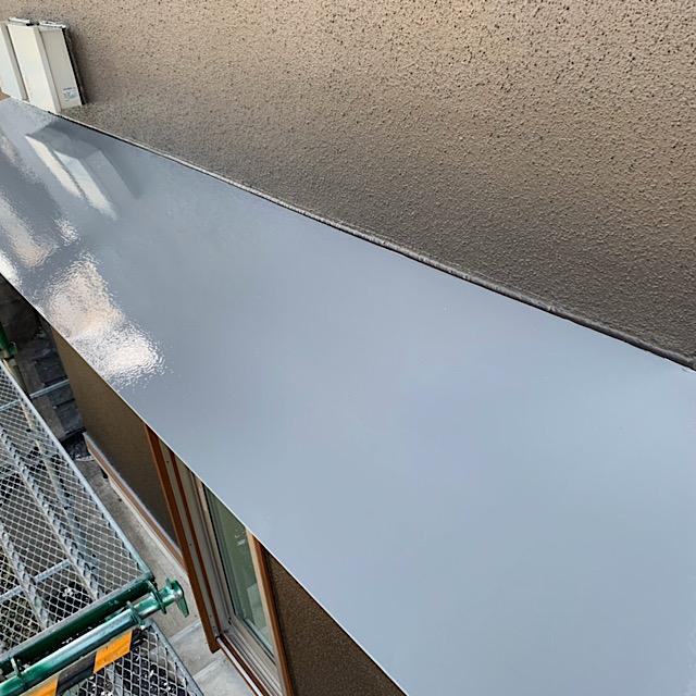 庇の板金を塗装