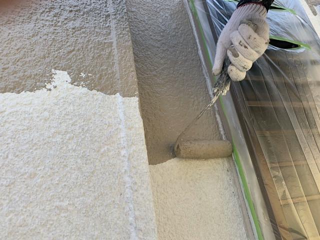 外壁塗装中塗りをローラーで作業