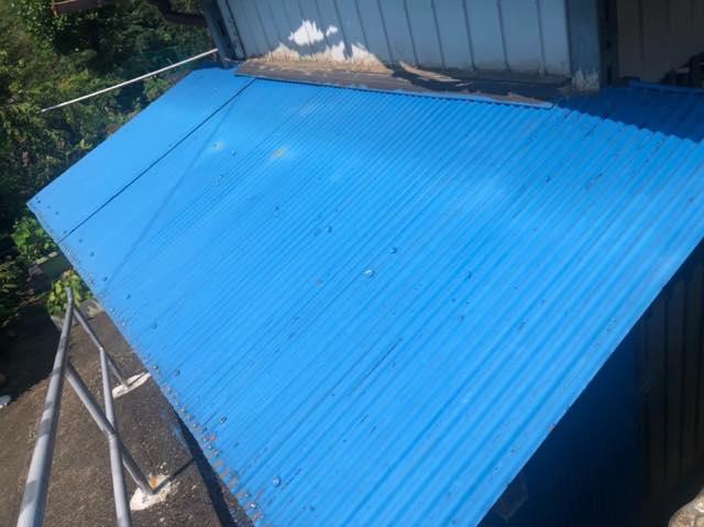青いトタン屋根