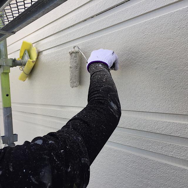 ローラーを使っての外壁塗装工事