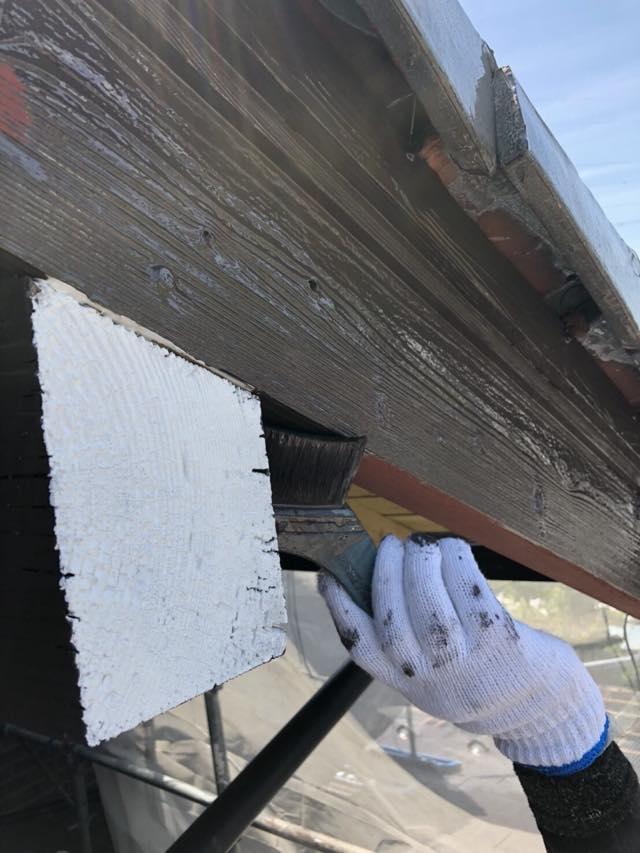 木部の塗装施工中