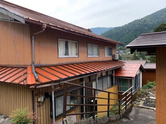 塗装中の金属屋根