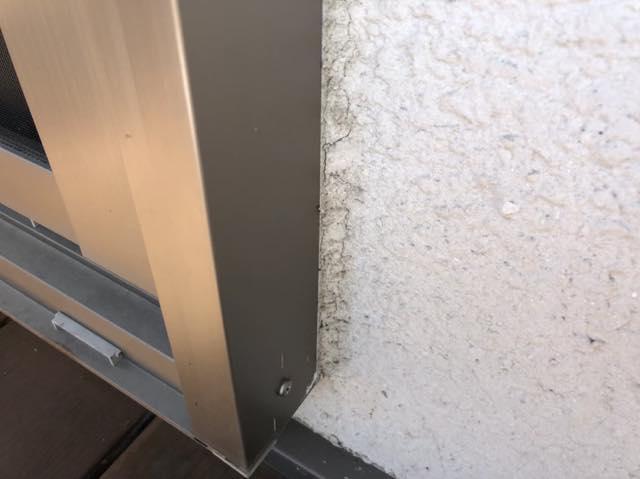 窓周りにヒビ