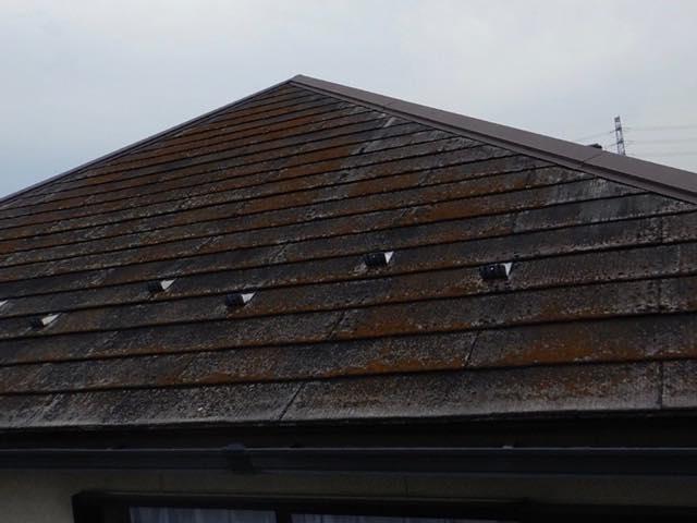 茶色くなったスレート屋根